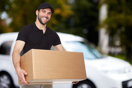 Mann mit Karton beim Umzug
